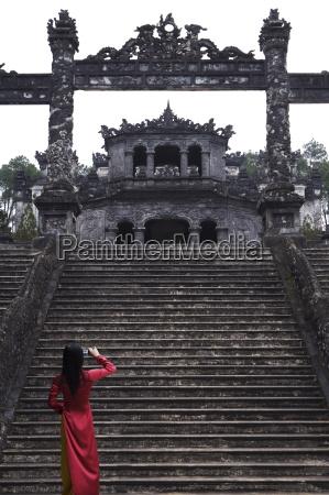 vietnamese schoolgirl taking picture of khai