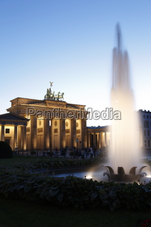 brandenburg gate floodlit pariser platz unter