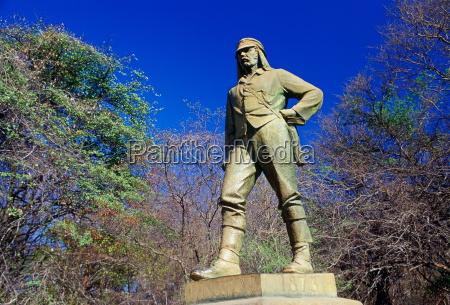 statue of explorer david livingstone at