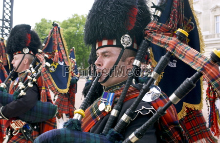 scots guards playing the bagpipes in