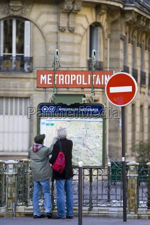 tourists on foot study metropolitain subway