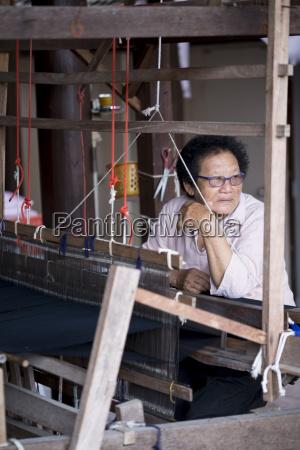 tai lue lu indigenous weaver at