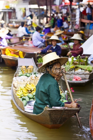 fruit seller in the damnern saduak