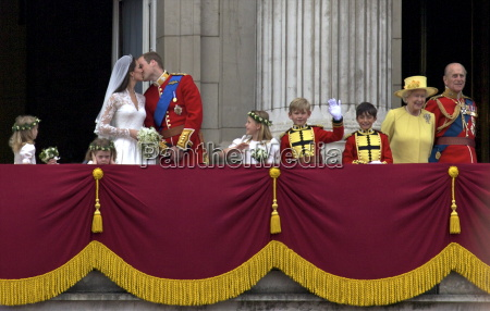 el principe guillermo besa a su