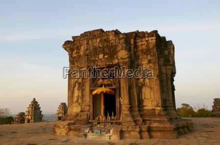 phnom bakheng temple at sunset angkor