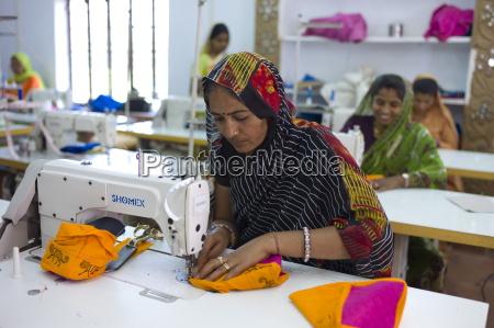 indische frau die textilien bei der