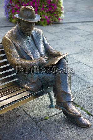 bronze statue of catalan architect antoni