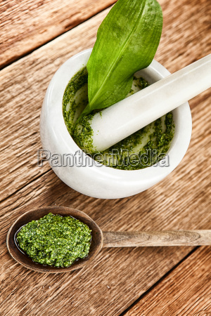 baerlauchpesto from the mortar on a
