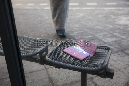lost purse on bench