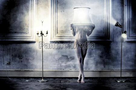 desnuda femenina con pantalla