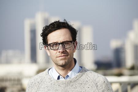 portret mezczyzny w okularach