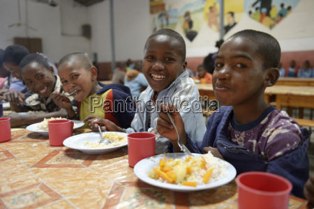 madagaskar fianarantsoa pupils having lunch at