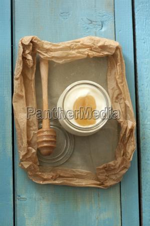yogur griego con miel en mesa