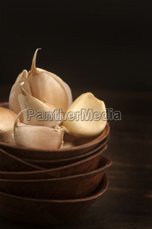garlic cloves in stack bowls close