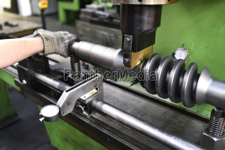 quality, check, of, an, engineering, shaft - 21103511
