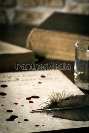 selbstmordbrief auf pergamentpapier mit blutstropfen und