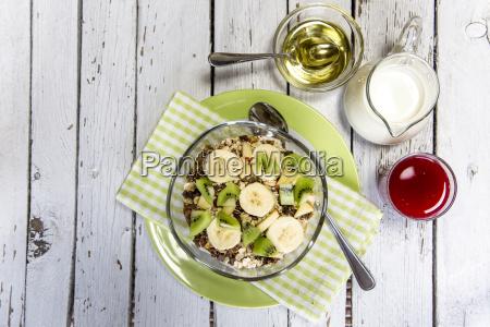 zdrowe sniadanie z muesli owoce mleko
