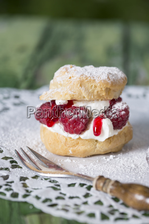 puff cream with raspberries and fork