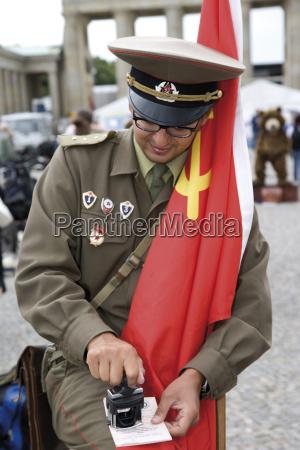 deutschland berlin russischer soldat vor dem