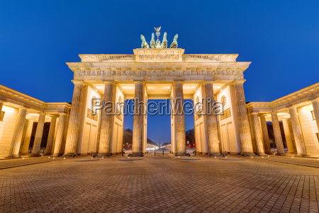 the illuminated brandenburg gate in berlin