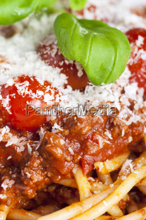 portion spaghetti bolognese auf einem teller