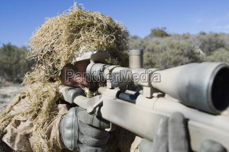 soldat in der gras tarnung die