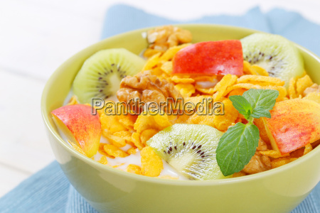 corn flakes with milk and fresh