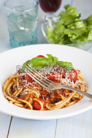 spaghetti with lettuce and red wine