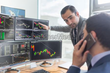 stock broker blick auf computer bildschirme
