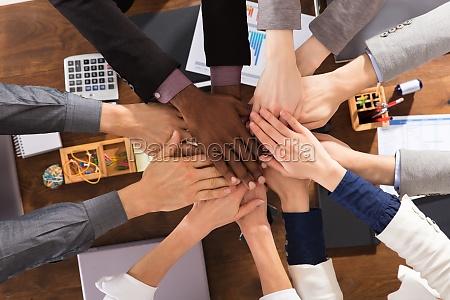 business team slutter sig til hands
