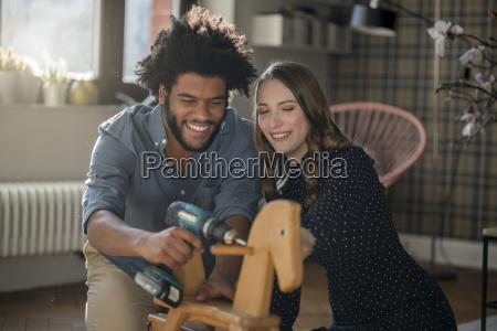 coppie sorridenti che montano cavallo a