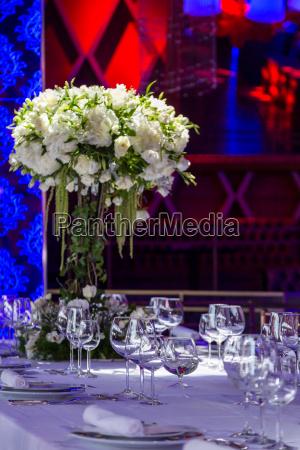 big bouqet of wihte flowers in