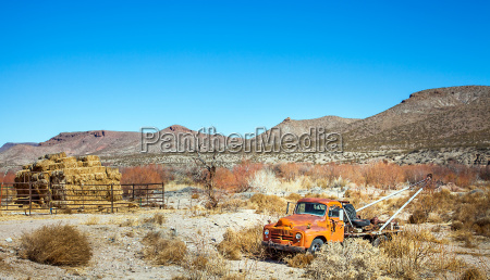 oldtimer tow truck in the desert