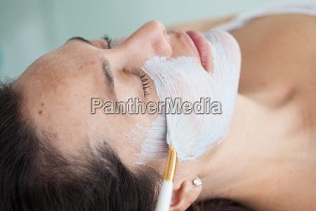 mujer cara piel cepillo medicina tratamiento