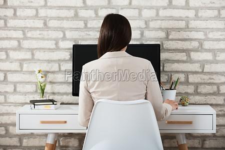 businesswoman, using, computer - 22643659