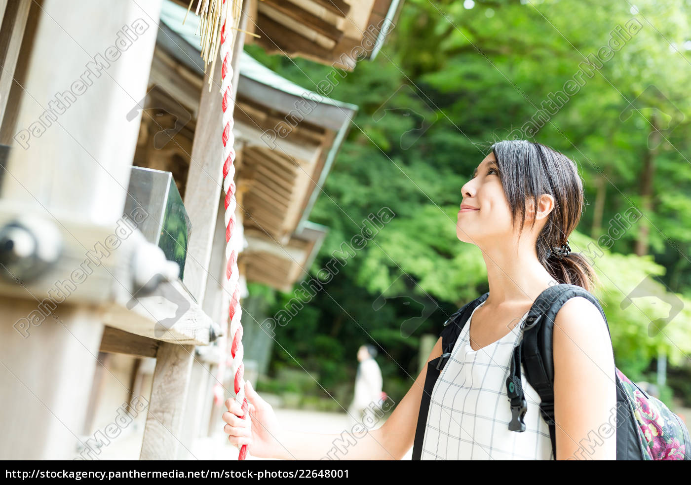 woman, ringing, the, bell, in, japanese - 22648001