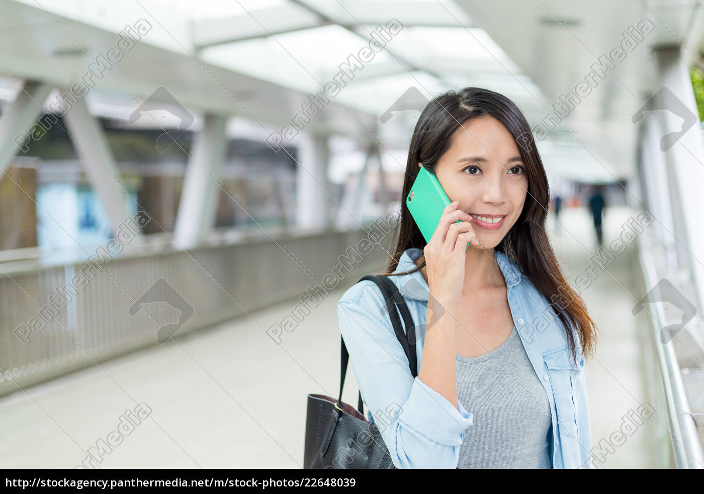 woman, talk, to, cellphone, at, street - 22648039