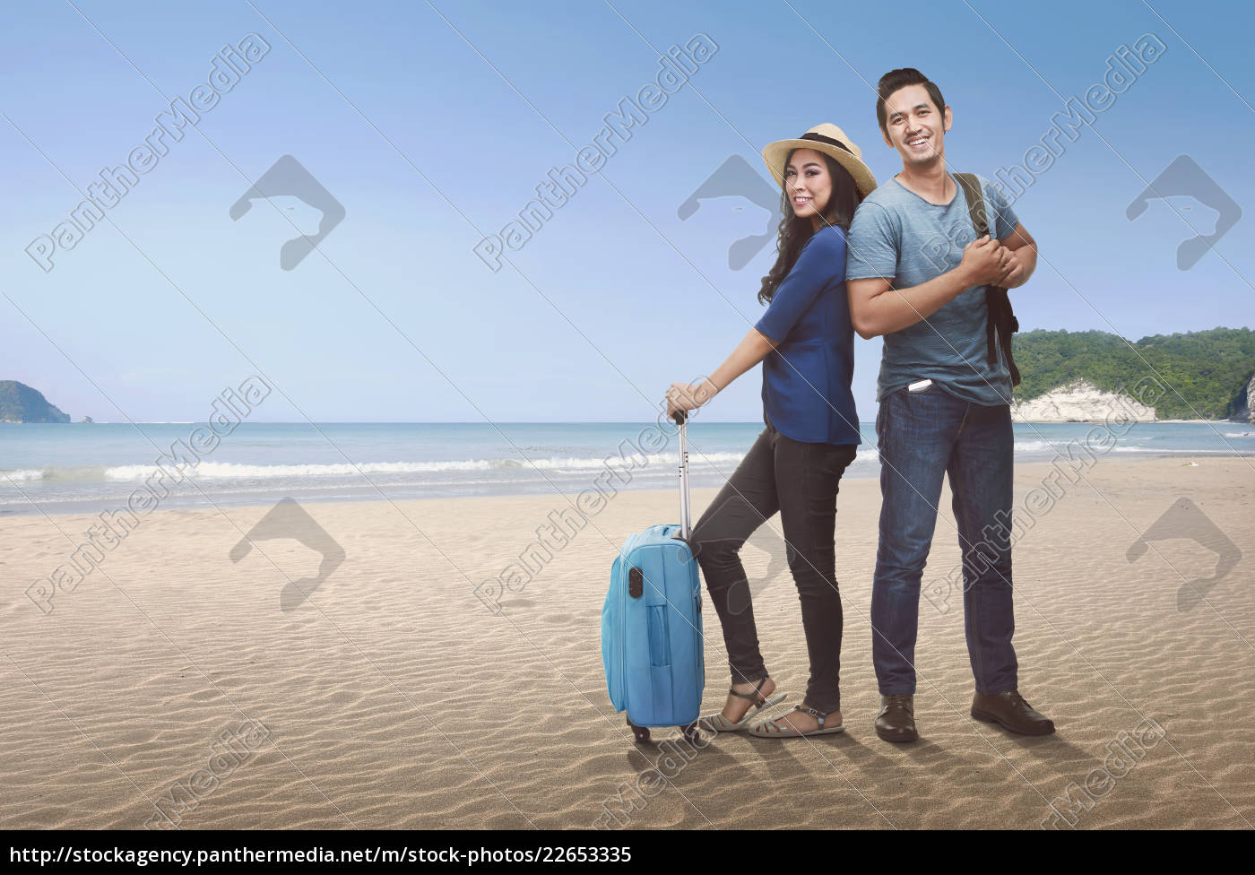 happy, couple, asian, tourist, with, luggage - 22653335