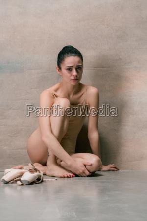 tired, ballet, dancer, sitting, on, the - 22659807