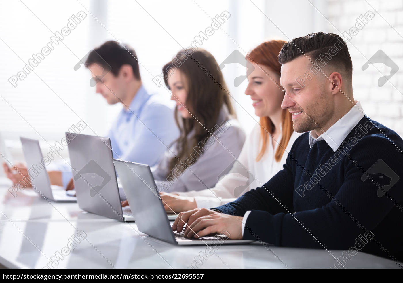 group, of, business, people, using, laptop - 22695557