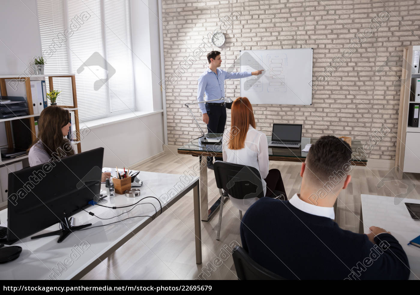 manger, giving, presentation, to, colleagues - 22695679