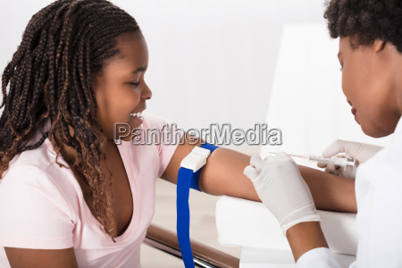 doctor, injecting, patient, with, syringe, to - 22696005
