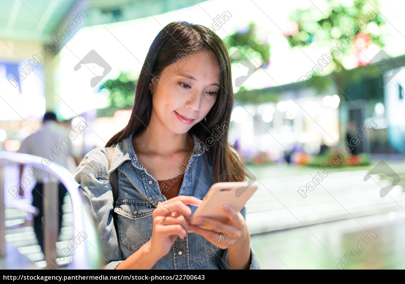 woman, use, of, mobile, phone, at - 22700643