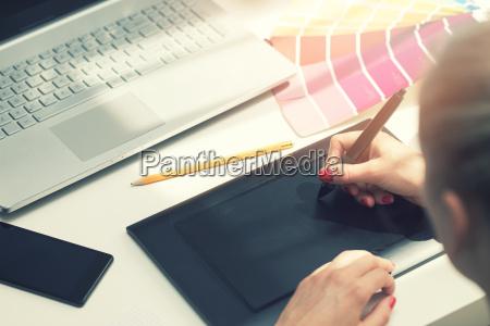 freelance, graphic, designer, using, digital, drawing - 22717761