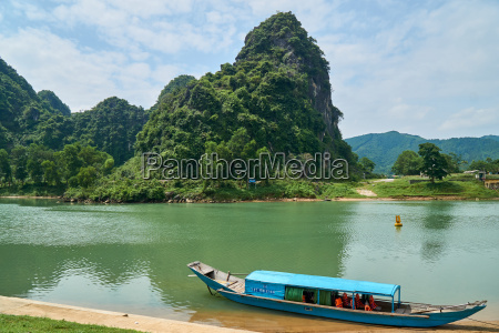 river to the phong nha cave