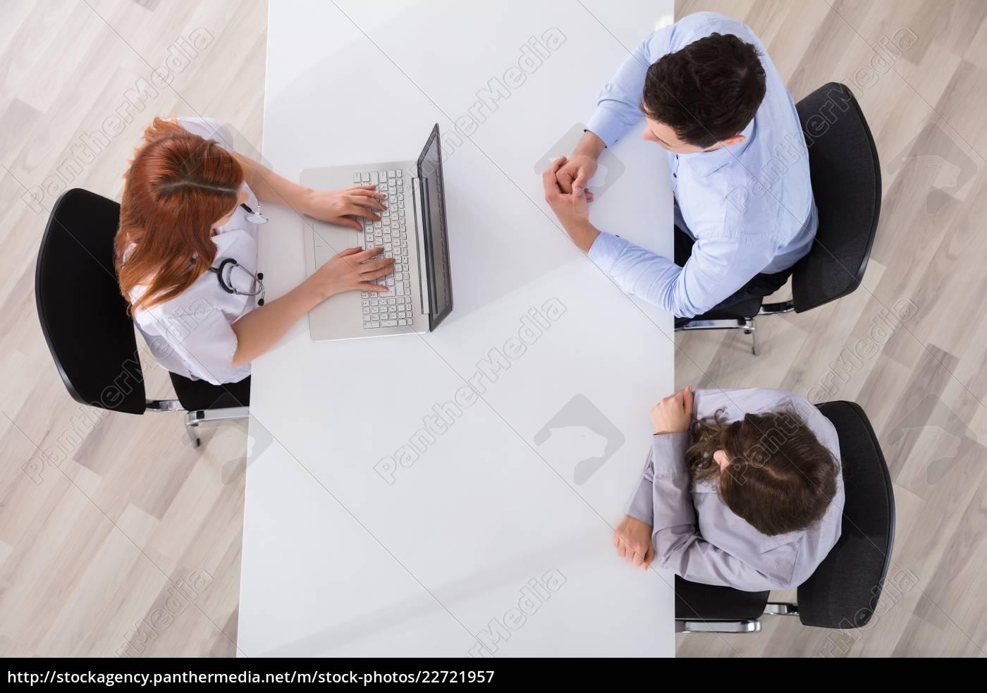 doctor, using, laptop - 22721957
