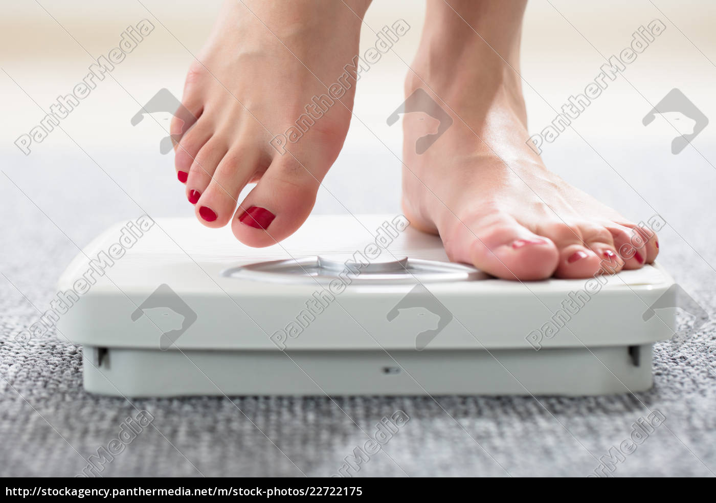 woman's, feet, on, scale - 22722175