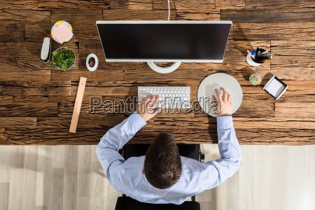 person, using, computer - 22723025