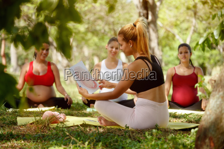prenatal class with teacher and pregnant