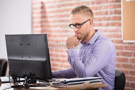 serious, businessman, using, computer - 22763847